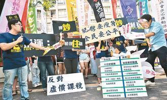 巢運團體昨到財政部抗議,要求房地合一稅制改革要真正拔到肥鵝的毛,讓建商及炒房大戶...