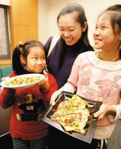 媽媽王佑文(中)帶著妹妹曾語加(左)與姊姊曾語芊,製作蔬果花園蛋捲,獲得創意料理...