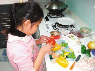 曾家姊妹自己做蔬果料理,這次得獎的「蔬果花園蛋捲」,媽媽只是幫手。(記者陳再興/...