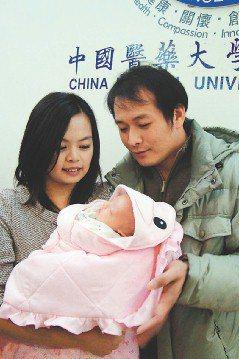 王婷虹(左)冒險產女,與丈夫陳嘉隆帶著女兒出席慶生會。(記者胡宗鳳/攝影)