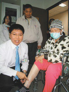 台南市林姓婦人(右)按摩右小腿的靜脈栓塞,未料引發肺栓塞,差點性命不保,在醫師賴...