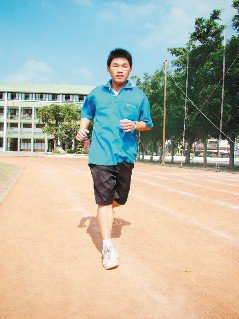 洪憲德每天跑步,2年多來在學校跑了815公里,被同學稱為「東石高中的林義傑」。(...