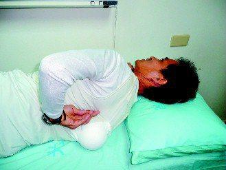 許明誌在背心縫製1個保麗龍球,保持側睡,治癒睡眠障礙。(記者苗君平/攝影)