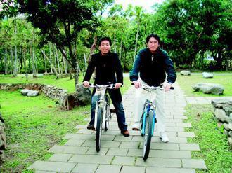 東吳大學校長黃鎮台(右)與兒子常常騎單車趴趴走。(圖/黃鎮台提供)