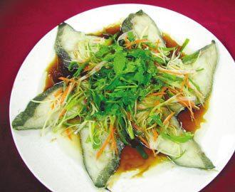 在過年期間吃魚象徵「年年有餘」,鱈魚熱量和鉀、鈉的含量都偏低,是適合腎臟病人食用...