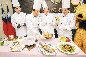 衛生署希望將健康年菜料理的觀念傳達給大眾,昨天邀請主廚吳東寶(左二)、陳志源(右...
