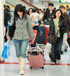 九天春節假期進入尾聲,今天陸空交通順暢,機場車站出現一波波返家人潮。(記者高智洋...