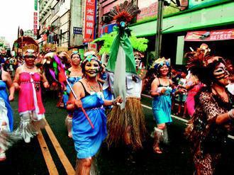 南陽義學的學員很活潑,變裝上街敢秀自己。(記者廖雅欣/攝影)