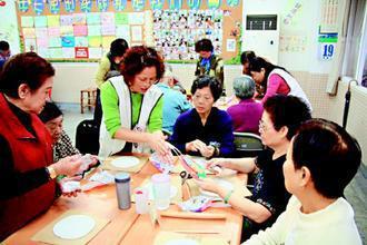 台北市北投區「樂齡學習資源中心」開設的「水中有氧」課程,引起長者熱烈迴響;「紙黏...