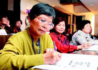 實踐大學舉辦的「元氣人生-銀髮族樂齡體驗營」裡,學員邊聽講邊做筆記。(記者陳立凱...