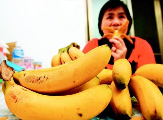 「香蕉減肥法」號稱能在三個月內狂瘦十二公斤,但營養師提醒民眾,早上空腹吃香蕉易腹...