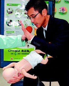 步驟2:倒置嬰兒後,輕拍背部5下,使異物咳出呼吸道。(記者賈寶楠/攝影)