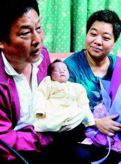 范美玲(右)以47歲高齡產下頭胎兒子,她和丈夫都很開心。(記者張明慧/攝影)