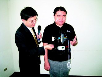 把這套儀器帶回家睡一晚,就能測量出自己有沒有睡眠呼吸中止的狀況。(記者修瑞瑩/攝...