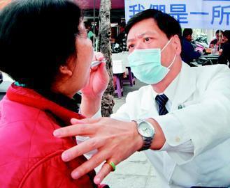 台中慈濟老人醫學科主任蕭德武(右)幫老人看診,從頭到腳都會逐一檢查。(張明慧/攝...