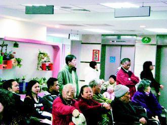 新店耕莘醫院開辦老年科門診,整合各科資源,診間經常人潮滿滿。(記者張祐齊/攝影)