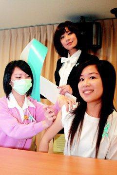 藝人賈靜雯(中)擔任婦癌防護大使,與北醫同學一起為婦癌防治努力。(記者林秀明/攝...