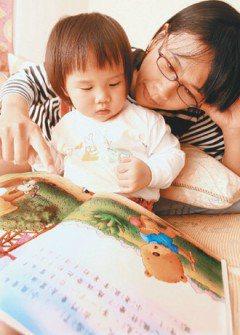 學者建議,孩子出生後,父母就可以讀書給孩子聽,每天花一點時間,就可養成孩子閱讀習...