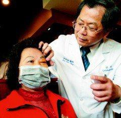 吳女士(左)的眼窩長了直徑三公分的腫瘤,壓迫到眼球與視神經,讓她出現疊影的錯覺,...