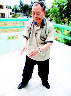 84歲的何思平自稱結合太極功法及水療練氣,創出一套「太極水丹功」,是他獨門的養生...