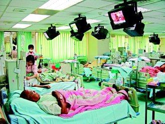 台灣洗腎病人數量驚人,許多醫療院所為招徠病人,不但洗腎室每人一台電視,有的還供餐...