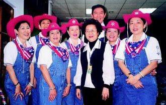 彭媽媽(前排左二)戴著牛仔帽、穿著吊帶牛仔褲,載歌載舞表演結束後,開心地和同伴們...