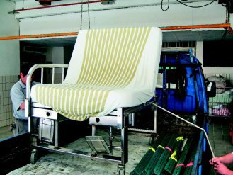 桃園市聖保祿醫院為體重200公斤病患打造專用的巨型椅,放在小貨車上宛如單人床。(...