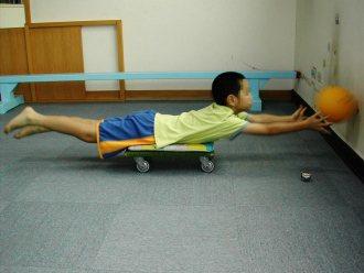 「俯臥伸張」的運動幫助孩子刺激前庭系統,透過「頸背收縮」的方式,以達到穩定視覺神...