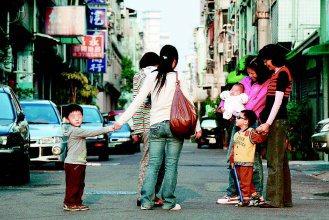 南區懷寧街是頗具名氣的「保母街」,10餘名傳統保母帶小孩經驗都超過十幾年,相當受...