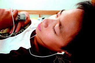 青少年戴耳機聽音樂時間增加,甚至睡覺也不讓耳朵休息,容易損聽力。(記者徐世經/攝...