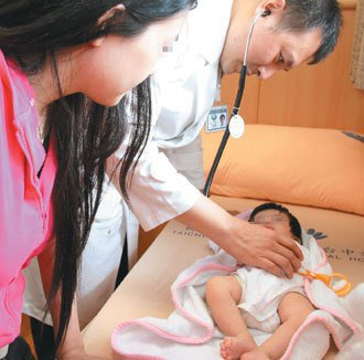 新手媽媽哺乳期大啖海鮮,造成兩個月大女嬰嚴重過敏。(記者張明慧/攝影)