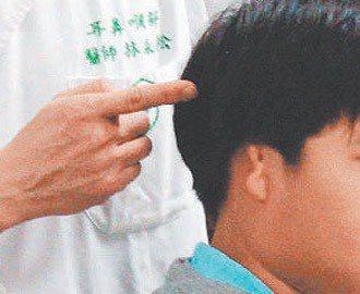 台灣首例「人工中耳系統」植入,觀察一年確認恢復聽力效果佳。(照片/奇美提供)