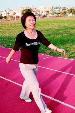 呂秋薇靠著意志力,每天健走、跑步抗癌。(記者林宛諭/攝影)