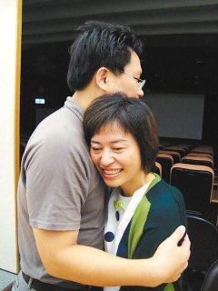 李小姐(右)上個月接受PGD試管嬰兒手術,證實成功受孕,開心地抱著丈夫。(記者胡...