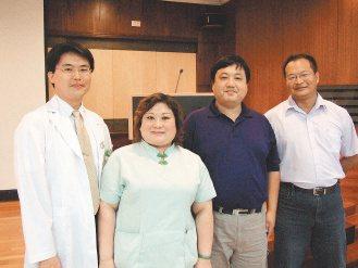 多名患者接受醫師林政佑(左)的手術治療,打鼾明顯改善。(記者修瑞瑩/攝影)