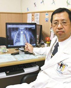 慈濟醫師指著小男童的X光,在食道上方明顯有個異物。(記者張明慧/攝影)