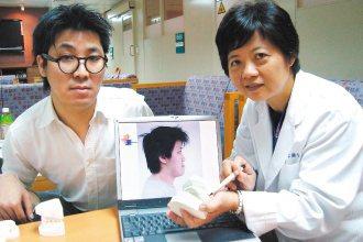 中山附醫醫師李慈心(右)說,賴政邦未矯正前,因上、下顎差距1.5公分,不但影響外...