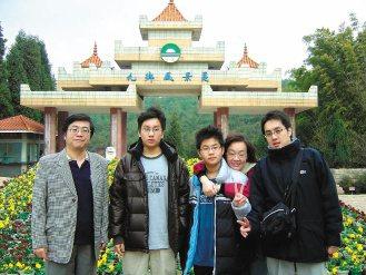 江漢光(左一)相信,親子同房共眠可讓親子感情更好。圖為他與太太、三個兒子全家福合...