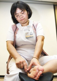 足部按摩可從腳趾開始,力道不宜過大。(記者陳瑞源/攝影)