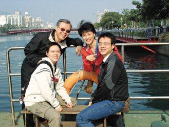 鍾佩珍(右二)說,全家一起游泳讓親子感情更好、更有向心力。(鍾佩珍/提供)
