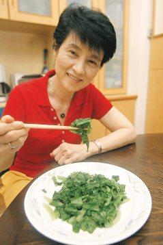 台安醫院復健科主任鍾佩珍,以微波爐烹調無油青菜。(記者黃義書/攝影)