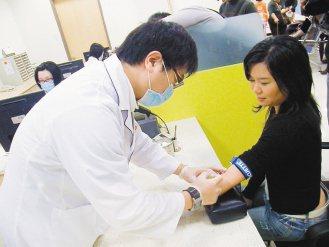 楊小姐(右)患有慢性蕁麻疹,接受自體血液注射治療8周後,發癢症狀獲得改善。(記者...