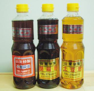 小磨麻油、胡麻油和土豆油是店內主力商品。(記者莊琇閔/攝影)