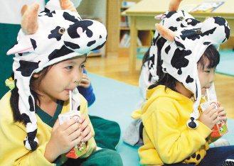 董氏基金會宣導,多喝牛奶學童才能「直著長」,不會「橫著長」。(記者趙文彬/攝影)