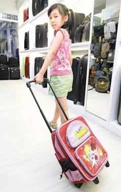小學生的書包,單肩背,不如雙肩背,雙肩背不如用拉的,拉的不如用推的。(圖/聯合報...