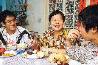 蘇主惠醫師(中)與兒子吃健康素早餐。(記者徐世經/攝影)