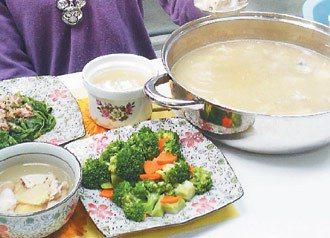 冬天要進補,不要補過頭,一天肉類不超過4兩,蔬菜要記得吃。(記者劉惠敏/攝影)