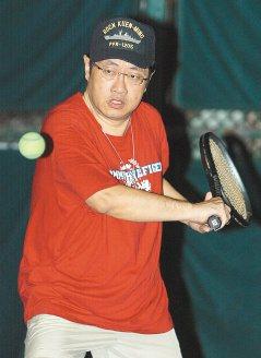 北榮神經修復科主任鄭宏志每周打兩次網球。(記者蘇健忠/攝影)