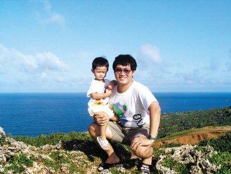 鄭宏志雖讓兒子在美求學,但父子一直很親密。(鄭宏志/提供)