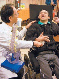 19歲的鎮宇(右)是名重度腦性麻痺青年,以前他無法平躺睡覺,現在可以開口唱歌,主...